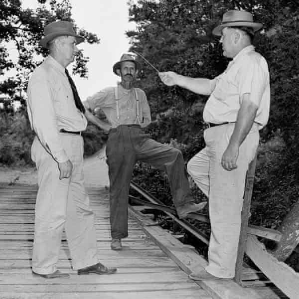 Loy Harrison (right), Coroner WT Brown (center) and Sheriff JM Bond (left) at Moore's Ford Bridge in Georgia on 26 July 1946, a day four black people were killed there by a lynch mob.