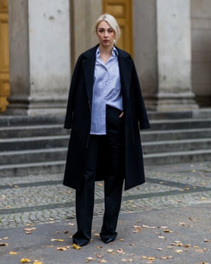 Style blogger Leonie Markhorst channelling street style and the blue shirt.
