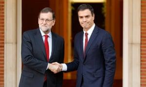 西班牙代理首相拉霍伊和社会党领袖桑切斯在马德里的蒙克洛宫举行会谈前握手