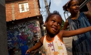 Crianças brincam no Complexo da Maré, Rio de Janeiro.