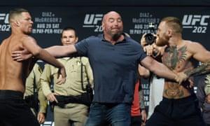 UFC总裁Dana White在拉斯维加斯米高梅大会议中心为UFC 202称重Nate Diaz和Conor McGregor。