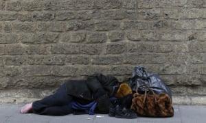 一个无家可归的人睡在罗马市中心的梵蒂冈城墙附近