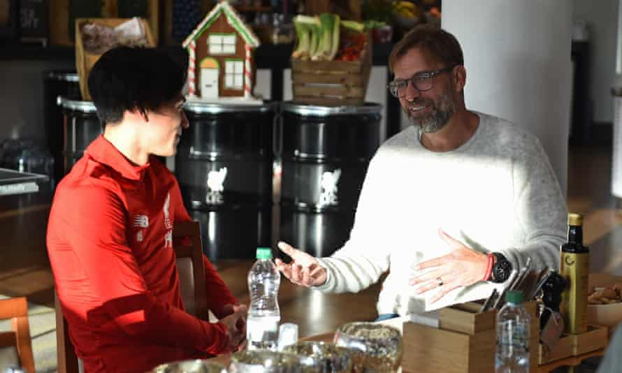 Takumi Minamino has a chat with Jürgen Klopp on his first day at Liverpool's training ground.