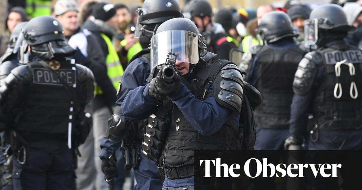 foto de Police flood into Paris to contain gilets jaunes World