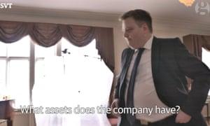 Sigmundur Davíð Gunnlaugsson walks out of a TV interview when confronted about the revelations.