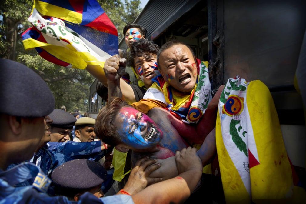 درگیری نیروهای پلیس هند با معترضان تبتی در ۵۲ ومین سالگرد قیام تبت