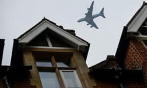 Plane flying low towards Heathrow