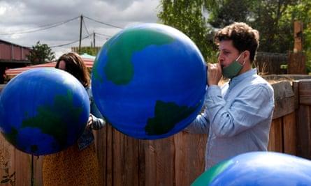 Julien Bayou inflates an Earth balloon