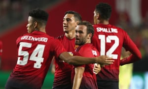 Juan mata rescues manchester united from opening pre season defeat manchester united players congratulate juan mata stopboris Image collections