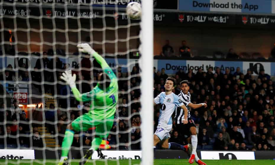 Ayoze Pérez scores Newcastle's fourth goal in their 4-2 extra-time win over Blackburn.