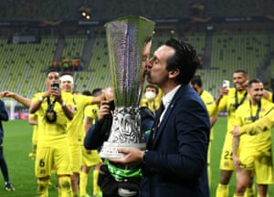 Villarreal manager Unai Emery kisses the trophy after the UEFA Europa League final.