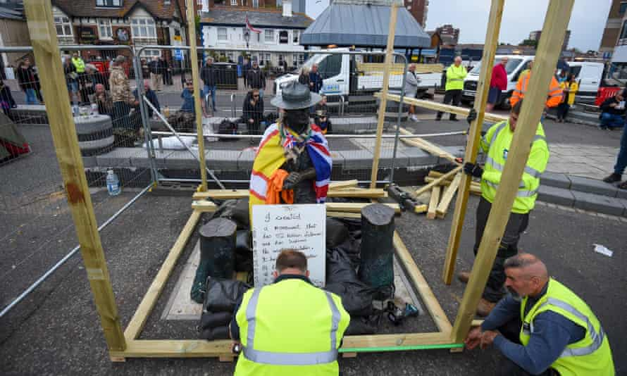 Workmen boarding up the statue of Baden-Powell on Poole Quay