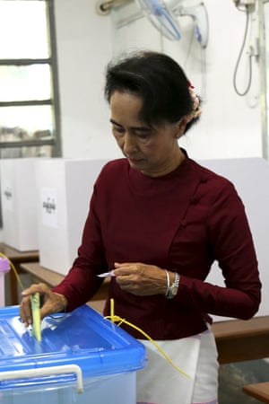 Aung San Suu Kyi casts her ballot