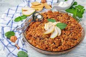 Pear crumble – with added cinnamon, walnuts and mint