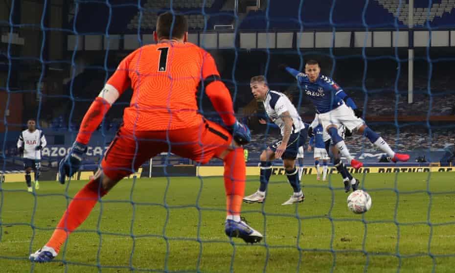 Richarlison puts Everton 2-1 up.