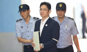 Samsung Group heir Lee Jae-yong arrives at the Seoul Central District Court to hear the verdict in his bribery trial.