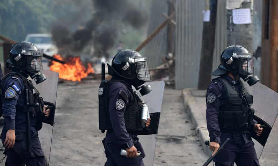 Riot policemen take positions during clashes with students during a protest demanding the resignation of the Honduran president, Juan Orlando Hernández, for his alleged links with drug trafficking, in Tegucigalpa this week.