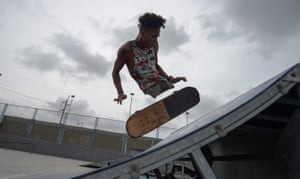 "Barranquilla, Colombia Venezuelan migrant and rap singer, Alfonso Mendoza aka ""Alca"", 25, practice with his skateboard in a park in Barranquilla, Colombia on September 28, 2018. - Alca -who arrived in Colombia nine months ago due to the crisis in his country- was born without legs and changed the wheelchair for a skateboard. At present, he is an example of overcoming adversity, practicing extreme sports, singing rap and giving conferences to young people in vulnerable situations."