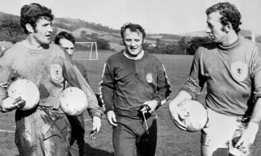tommy docherty, ekim 1971'de i̇skoçya menajerinde kaleciler bobby clarke ve bob wilson ile yaptığı büyü sırasında.