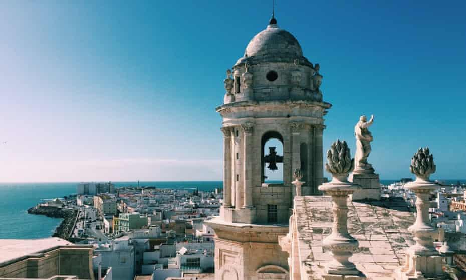 Vista aérea de la torre de la Catedral de Cádiz y Cádiz en Cádiz Andalucía, España en verano.