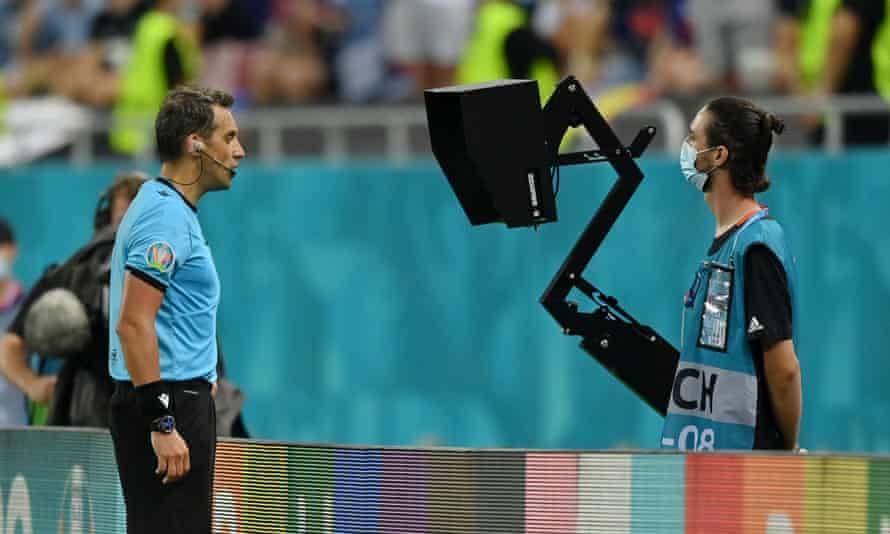 Fernando Rapallini consults his pitchside monitor