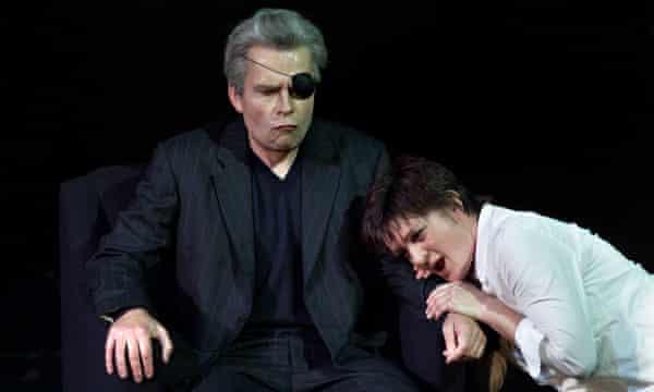 Mathew Best as Wotan and Elizabeth Byrne as Brunnhilde na produção de 2001 da Ópera Escocesa de Die Walküre.