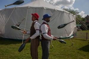Jugglers Bibi and Bichu