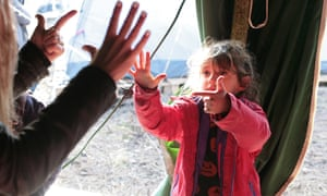A girl at the Grande-Synthe camp practises counting.
