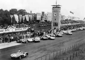 Stirling Moss gets a flying start in his Aston Martin DBR1 as he leaves the other drivers still in the pits at the 1959 Nürburgring 1000 KMS