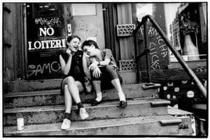 Duas garotas em um alpendre em St Marks Place.
