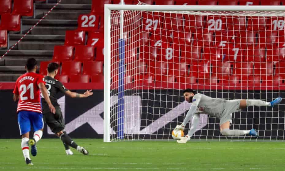 برونو فرناندس توپ را زیر نظر روئی سیلوا ، دروازه بان گرانادا فشرده می کند تا نتیجه 2-0 شود تا منچستر یونایتد.