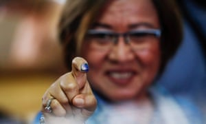 Detained Philippine senator Leila De Lima shows the indelible ink mark on her finger after voting.