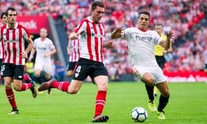 Aymeric Laporte beats Wissam Ben Yedder of Sevilla to the ball.