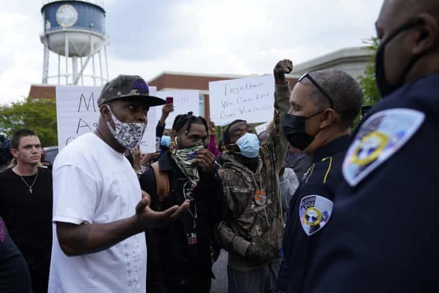Los manifestantes hablan con el jefe de policía de Elizabeth City, Eddie M Buffaloe Jr, después de que Andrew Brown fuera baleado por un ayudante del alguacil del condado de Pasquotank el 21 de abril.