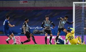 olivier giroud, maçın ilk golü için evine ateş eder.
