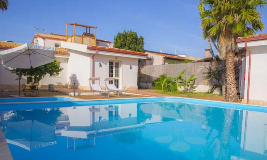 Pool and rooms at Casa dei Carubbi