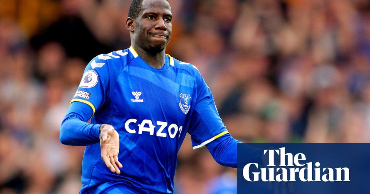 Everton's Abdoulaye Doucouré suffers broken foot in setback for Benítez