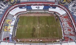 O Estádio Azteca, no México, é visto de cima, com a marca de Los Angeles Rams já em vigor. O jogo foi transferido para Los Angeles com apenas seis dias de antecedência.