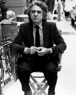 Arthur Hiller on the set of The Lonely Guy (1984).