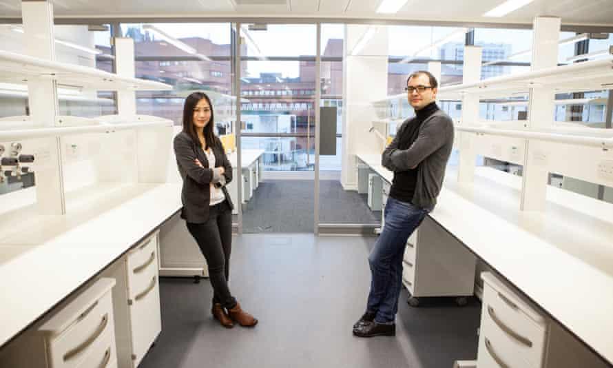 Dr Vivian Li and Professor Andreas Schaefer at the Crick Institute.