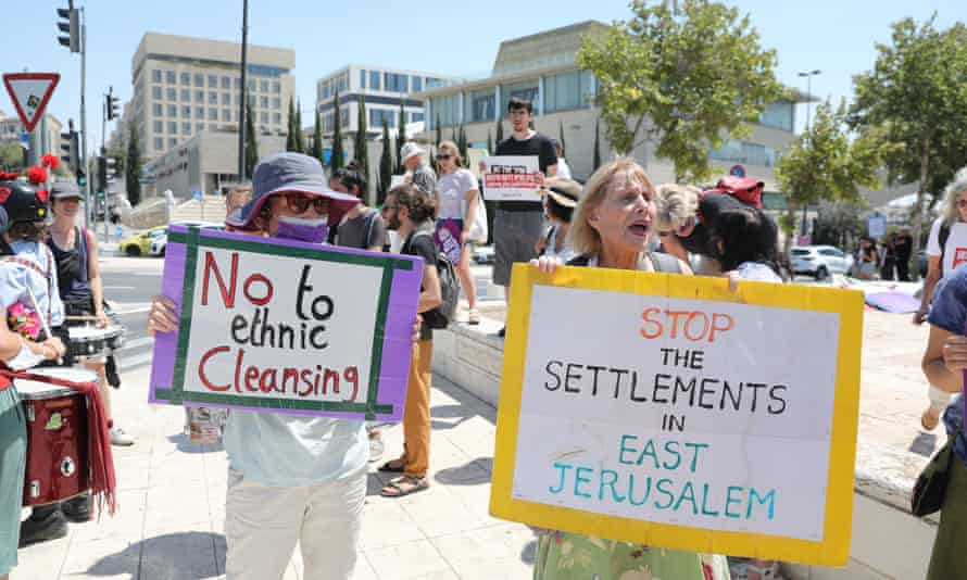 Activistas de izquierda israelíes protestan contra la política del gobierno con respecto a los palestinos en Jerusalén oriental frente a la corte suprema de Jerusalén