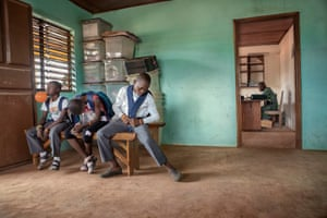 Lavande, Marron and Creme wait in Sedje Denou