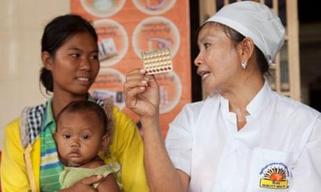 Las mujeres hablan sobre el control de la natalidad en una clínica de salud reproductiva en Kampong Cham, Camboya.