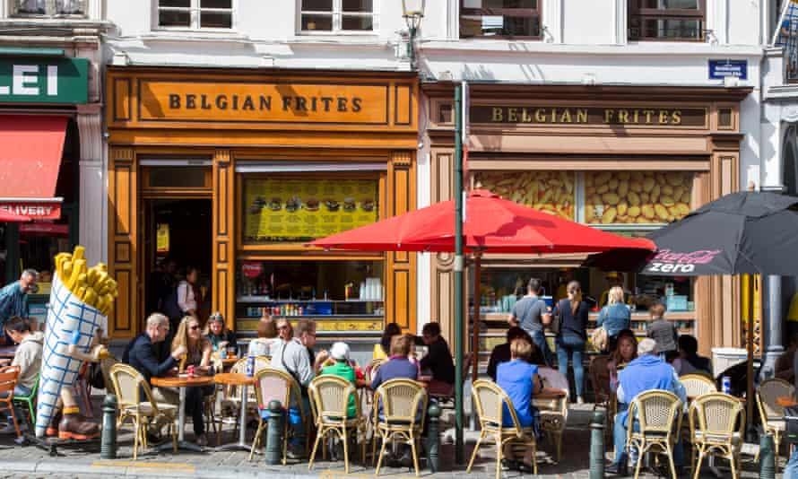 فروشگاه های فریت در بروکسل.  در سال 2018 ، بلژیک پنج میلیون تن سیب زمینی فرآوری شده تولید کرد که 16 برابر نیاز داخلی آن است.