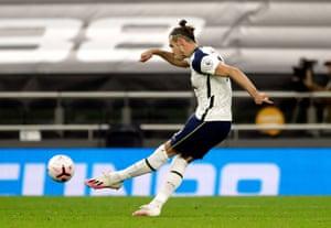 Bale tire le coup franc.