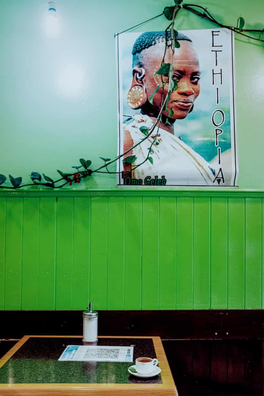 قهوه و آثار هنری در فروشگاه غذاهای زیبا سنت گابریل اتیوپی