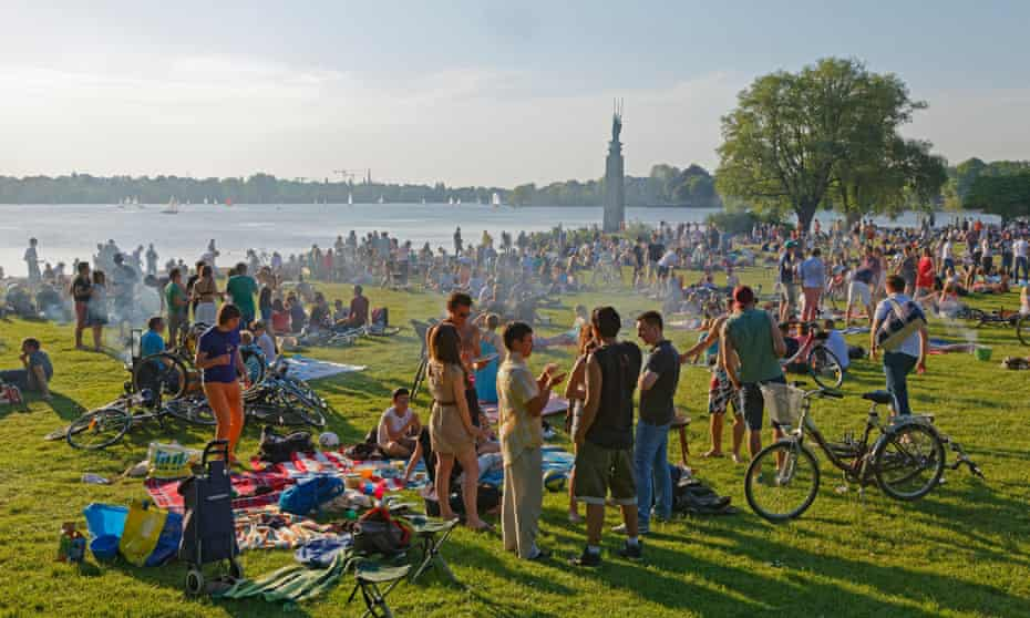 Barbecues under way at the Outer Alster, Hamburg.