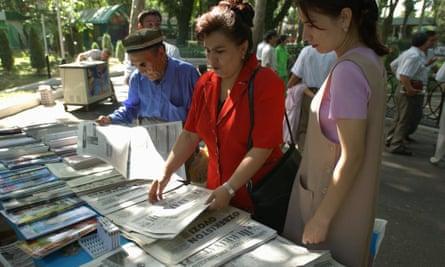 Uzbeks read the daily newspapers in Tashkent.
