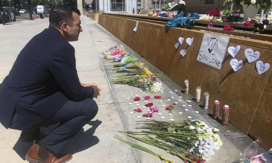 The San Jose mayor, Sam Liccardo, stops to view a makeshift memorial for the rail yard shooting victims.