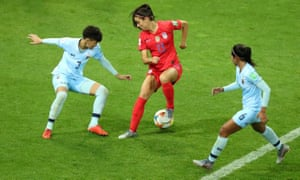 Alex Morgan of the US wrongfoots Thailand's Natthakarn Chinwong